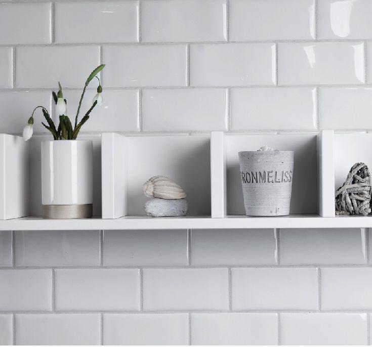 Serien Cotton från Konradssons är en klassisk och elegant serie. Kaklet är väldigt lätt kombinerat och kommer i måttet 7,5x15 cm. Denna platta kommer i en vit färg med en vågig struktur. Köp plattor från serien Cotton på Stonefactory.se.