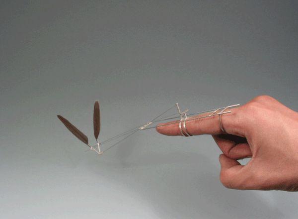 Un móvil que simula el vuelo de un pajaro. Que potiiito…