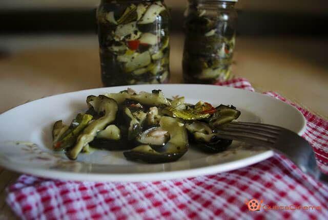 Zucchine sott'olio una conserva facile e veloce da preparare d'estate per gustarsi le zucchine durante l'inverno ottime servite come antipasto o come contorno