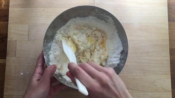 Kiedy w ogrodach i na bazarach pełno jest owoców, warto wykorzystać je w kuchni. Autorka bloga PrzepisyTradycyjne.pl zaprezentowała przepis na babeczki z bitą śmietaną według przepisu z 1895 roku. Składniki:  200 g przesianej mąki, 80 g masła, 1 jajo, 80 g cukru pudru, 1 łyżeczka masła klarowanego, 170 ml śmietanki 36 proc.