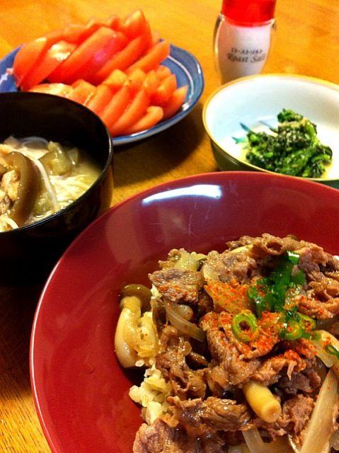 牛丼の味付けにおろし生姜を入れると、吉野家の味に似てると思うのは、私だけ!? - 15件のもぐもぐ - 牛丼、素麺と茄子の味噌汁、ほうれん草の胡麻和え、スライストマト by tomocarat.