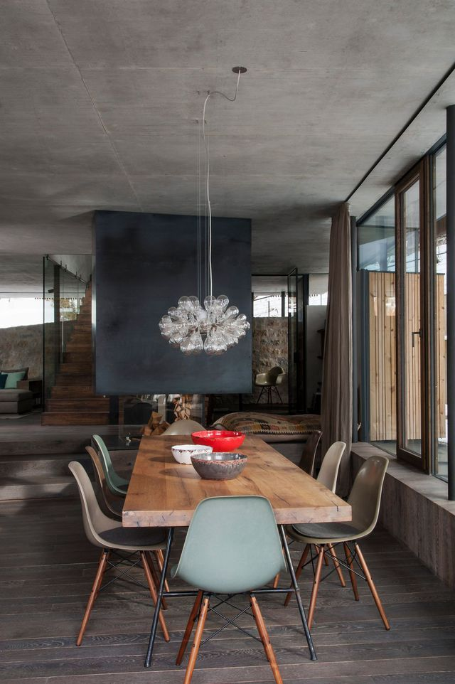 Autour de la table réalisée par Tischlerei Hofer, une suspension signée Isabel Hamm et des chaises originales de Charles & Ray Eames (Vitra).
