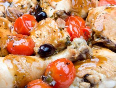 Für das Toskana Huhn eine Marinade aus Olivenöl, Pfeffer, Meersalz, Rosmarin und gepressten Knoblauch zubereiten und die Hühnerteile mit der
