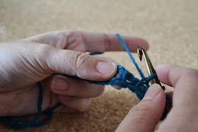 Nu er den længe ventede DIY på hakning / tunesisk hækling klar. Ved tunesisk hækling arbejder man i række af to. Fra højre mod venstre er ...