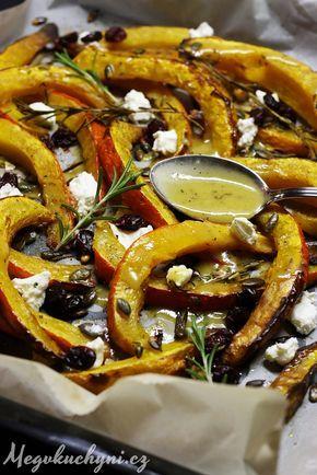 Pečená dýně Hokkaidó s medovo-česnekovou zálivkou, sýrem a brusinkami (Meg v…
