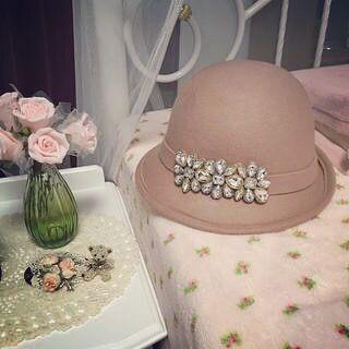 . 《new arrival》 . 石原さとみさんが ドラマ失恋ショコラティエで 着用していたHATが 再入荷致しました♡ . ☑︎フラワービジューアシメボーラーハット ¥5,900+tax #石原さとみ #失恋ショコラティエ #hat #code #beige #fashion #style #love #look
