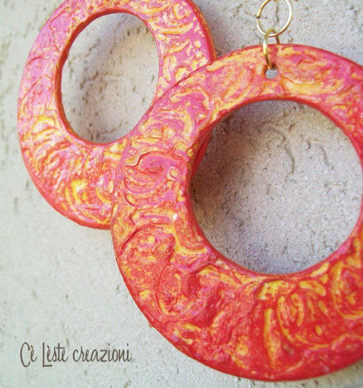 orecchini sono realizzati in carta riciclata con una particolare decorazione in rilievo color arancione con giochi di luce di color giallo.  http://it.artesanum.com/artigianato-orecchini_di_carta_con_decorazione_in_rilievo-62453.html