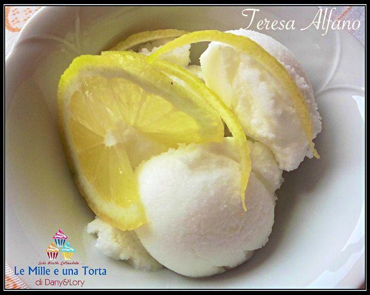 SORBETTO CREMOSO AL LIMONE, CON IL BIMBY RICETTA DI: TERESA ALFANO Ingredienti: 650 ml di acqua 250 g di zucchero 200 ml di succo di limone anche di pi
