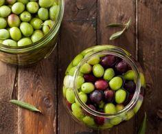 Preparare le olive in salamoia è veramente semplice.