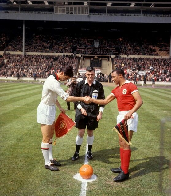 Cesare Maldini and Mário Coluna at Wembley, before the 1963 European Cup final
