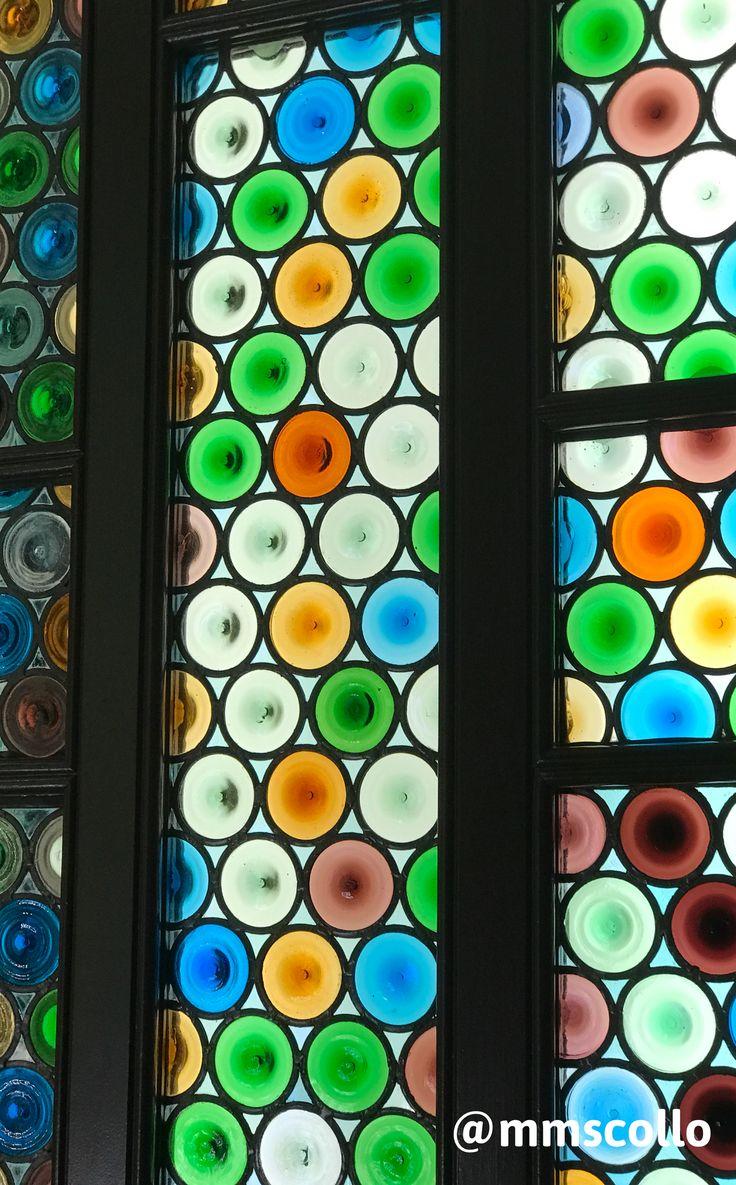 """Detalle de uno de los """"vitreaux"""" de la Casa Amatller, edificio modernista de Barcelona. Fue proyectado por el arquitecto Josep Puig i Cadafalch entre 1898 y 1900. Junto con la Casa Lleo Morera y Casa Batlló, forman lo que se conoce como La manzana de la discordia. #modernismo #artnouveau #arquitectura #barcelona"""