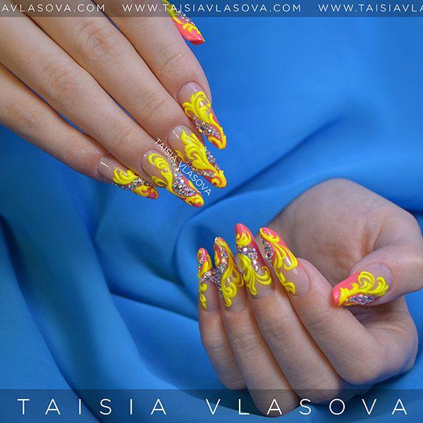 Необычный дизайн ногтей с желтыми вензелями