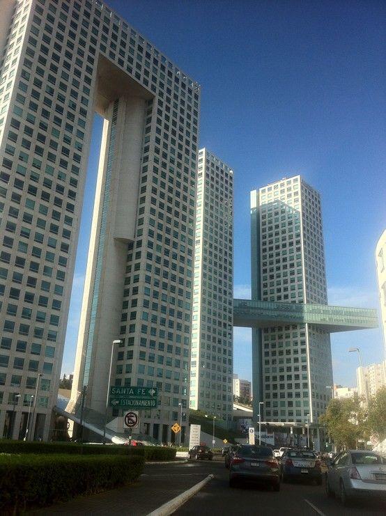 Edificios con forma de arcos en #DistritoFederal, #Mexico. La creatividad arquitectónica se aprecia en esta gran metrópolis.