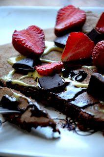 Pełnoziarnisty omlet z płynną czekoladą i truskawkami to prawdziwa dawka energii o poranku! Sprób...
