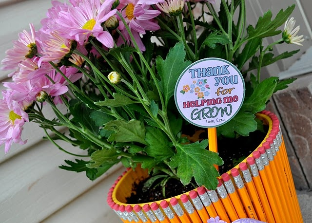 "Gift for a teacher: ""Thank you for helping me grow,"" with a pot made from pencils."