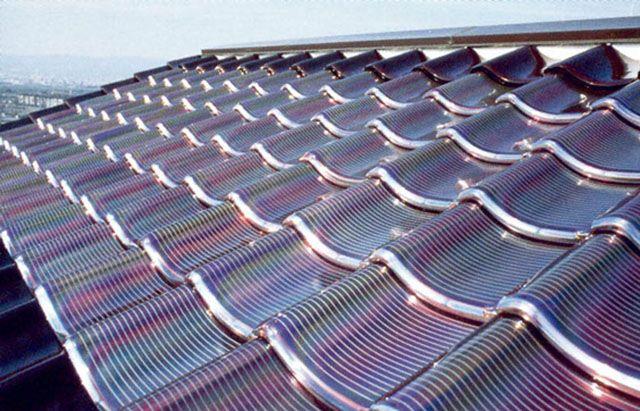 """¿Sabías que existe una alternativa a las """"voluminosas"""" placas solares? Se llaman TEJAS SOLARES. Basadas en el aprovechamiento de las energías renovables, combinan las ventajas (y alguna más) de las tradicionales placas solares, con la con una elaborara estética y una extrema discreción. Aquí te hablamos sobre ello  https://www.bricoblog.eu/tejas-solares-fotovoltaicas-productoras-de-energia-ecologica/"""