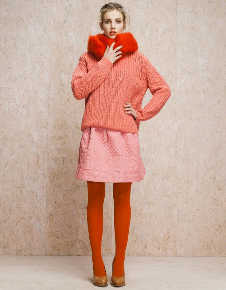 I love the warm color combo, especially those orange tights and tan shoes!