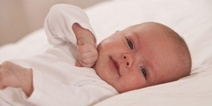 Bain, toilette du visage, soins du cordon... Les bons gestes à avoir pour bien s'occuper du nourrisson. Explications en VIDEO !