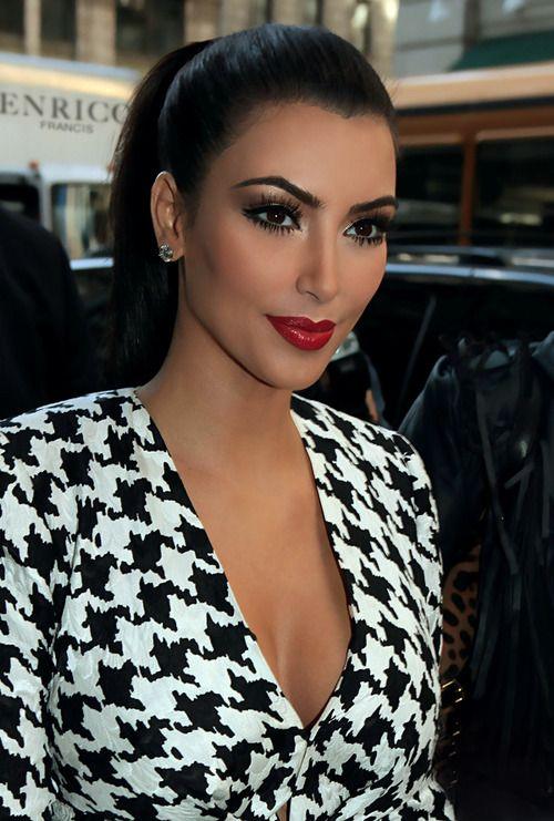 Kim Kardashian em um belo vestido quadriculado preto e branco combinam com lábios vermelhos corajosos, lindo .: