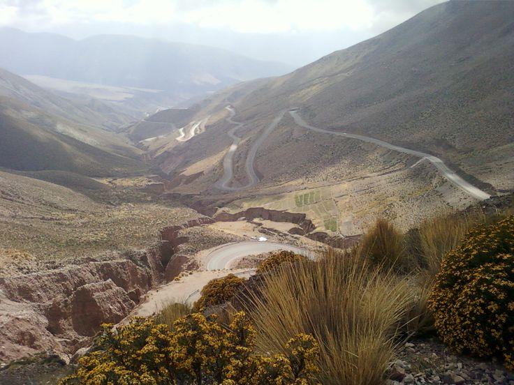 Cuesta de Lipan, Jujuy, camino a Salinas Grandes, por R.N. 52, perteneciente al corredor Bioceánico, vamos transitando de la Región de Quebrada hacia la Puna, ésta es una región desertica, donde el silencio puede trascender todo lo que sentimos.