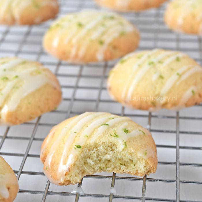 Deze limoenkoekjes met glazuur zijn lekker fris door het glazuur bovenop. Ik geef je het recept voor deze koekjes zodat je ze ook kunt bakken.