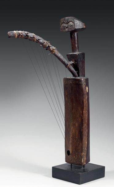 Harpe Tsogho à huit cordes - Gabon Bois - peau - métal - rotin - H.: 79 cm Cet instrument de musique est composé d'une longue caisse de résonance recouverte d'une peau. Un long cou supporte une petite… - Eve - 08/12/2014