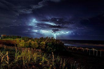 Gewitter mit Blitz über dem Meer