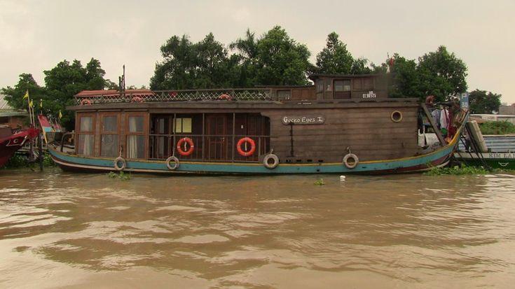 """Cai-Be, delta del Mekong.  Le vecchie barche sono sempre più spesso riadattate a """"navi da crociera"""""""