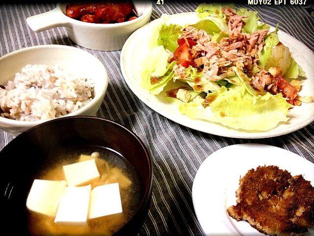 珍しくそろって朝ごはん。 サラダ。 ケチャップ炒めウインナー えのきと豆腐の味噌汁。 雑穀米。 そして手前にある…?  えのき石づきのホタテの貝柱風。 レシピを載せたので、良かったらチェックしてみてくださいな。 エコ料理。 - 39件のもぐもぐ - みんなで朝ごはん。 by mayumi213