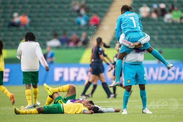 女子サッカーW杯カナダ大会・グループC、スイス対カメルーン。勝利を喜ぶカメルーンの選手(2015年6月16日撮影)。(c)AFP/GEOFF ROBINS ▼17Jun2015AFP|カメルーンが逆転勝利で決勝T進出、女子サッカーW杯 http://www.afpbb.com/articles/-/3051810 #2015_FIFA_Womens_World_Cup #Group_C_Switzerland_vs_Cameroon