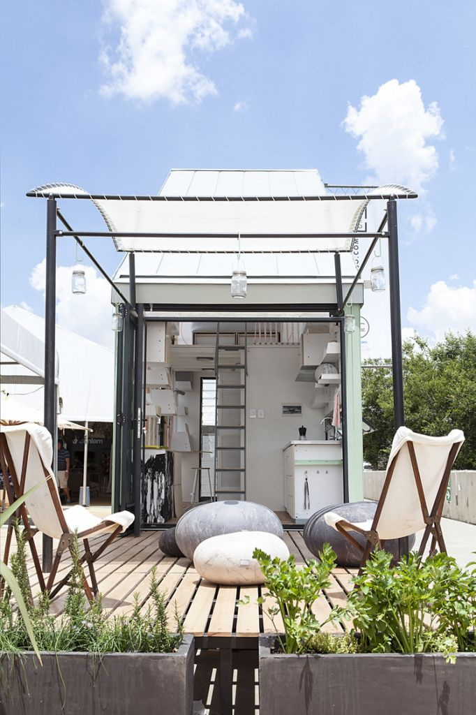 barefootstyling.com Duurzaam wonen op slechts 17 vierkante meter - Roomed | roomed.nl #architecture #smalliving #compact #southafrica #design #home