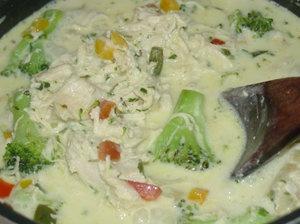 Frango com Brócolis  - peito de frango cozido e desfiado  - 1/2 brócolis orgânico (tipo japonês)  - azeite extravirgem  - cebola  - 3 pimentões (1 vermelho, 1 verde e 1 amarelo)  - 1 lata de creme de leite  Refogue a cebola picada no óleo. Acrescente os pimentões e os brócolis. Deixe fritar um pouco.Coloque o frango e cubra tudo com água. Deixe ferver e coloque 1 caixa de creme de leite. Tempere com sal, curry, alecrim e finalize com cheiro-verde. Ma-ra-vi-lho-so.