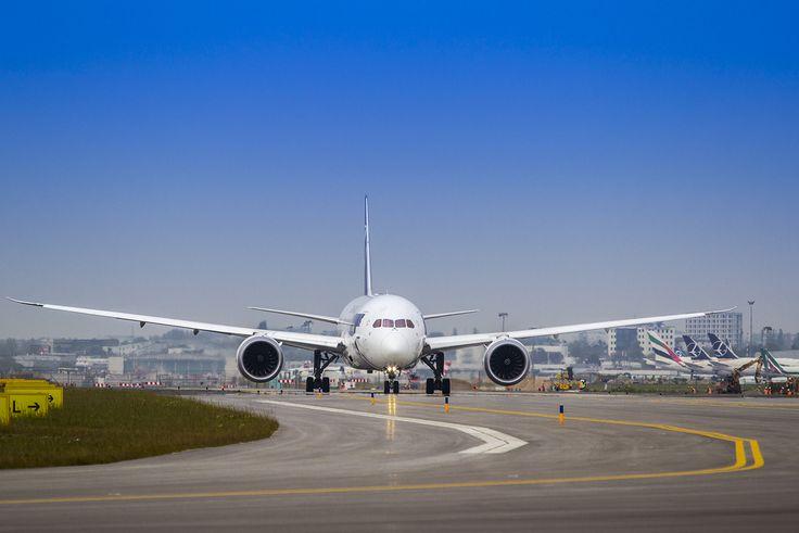 Pierwszy samolot kołuje nową drogą kołowania A8 - 1 października 2014. Fot. Dariusz Kłosiński