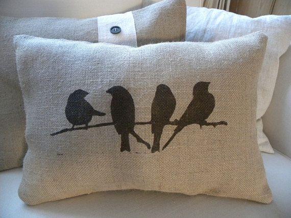 Mano muy linda almohada impreso con 4 pájaros posado en una rama. Tela pintura custom mezclado para crear sombra marrón oscuro. Viene hoja cosida cerrada y relleno de polyfill. Mide aprox. 16 x 11. Lugar limpio sólo - arpillera no es lavable.