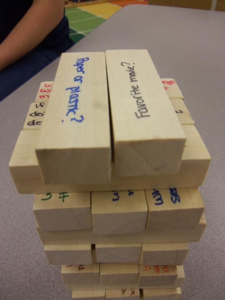 Ik bedenk gelijk van alles hiermee. Ook leuk met sommen! _jufanita What a great idea for the first week! Conversation Jenga!!!  A fun way to play Jenga as well as get your students thinking and talking!  Students answer a question each time they pull a piece!
