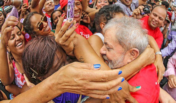 """Sociólogo Emir Sader recorda a tradição de ex-presidentes de se referirem de maneira pejorativa ao povo brasileiro, como João Figueiredo, que preferia o """"cheiro de cavalo"""" ao cheiro do povo, ou Fernando Henrique Cardoso, que chamou os aposentados de """"vagabundos""""; a prática foi quebrada, conta ele, com a ascensão de Lula ao governo: """"Lula contribuiu como ninguém para elevar a autoestima dos brasileiros""""; """"Além disso, o sucesso dentro do Brasil e no plano internacional, do seu governo, como…"""