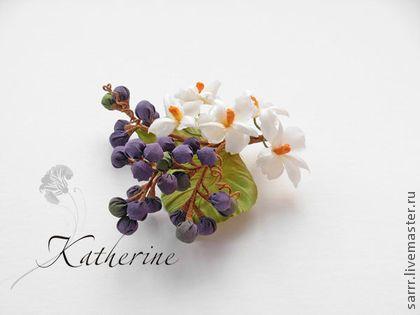 Брошь / заколка Белые орхидеи с ягодами можжевельника, цветы из шелка. Веточка белых орхидей и фиолетово-синих ягод можжевельника. Очень необычная, притягивает внимание окружающих. Легкая визуально, подходит для любого возраста, а также может быть мужским аксессуаром!