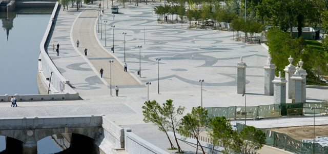 West 8 Urban Design & Landscape Architecture Madrid RIO 2 colours of small pavers
