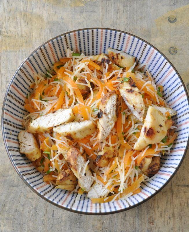 Salade de vermicelles de riz, spaghettis de carottes et poulet pour déjeuner en solo