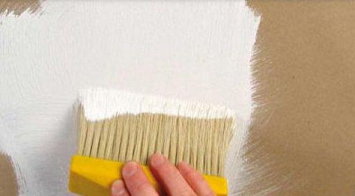La pintura de cal es económica, desinfectante y permite que las paredes respiren. Para su preparación necesitaremos de 2 a 4 kilos de cal de construcción o cal hidratada, 1 kilo de sal y 250 cc de cola vinílica (se puede sustituir por 250 gramos de leche en polvo y agua). Se mezclan todos los ingredientes con el pigmento y ya tendremos nuestra pintura de cal lista para usar.   La cantidad de cal que utilicemos dependerá de la consistencia que queramos darle a la pintura, contra más cal…