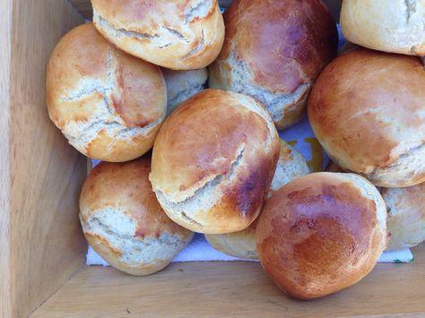 Super skønne og super nemme morgenboller som minder mig om dem min morfar plejede at bage da jeg var lille. De er ideelle til weekend morgenbordet da de kun tager en time at lave fra man finder mel...