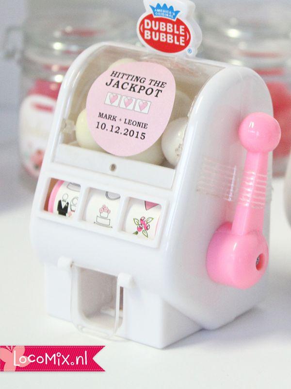 Een leuk trouwbedankjes voor jong en oud is dit Mini Slot Machine huwelijksbedankje! Perfect om tijdens het avondfeest weg te geven of om overdag uit te delen aan de kleinere bruiloftsgasten. Dit gok machientje is gevuld met witte kauwgomballen!