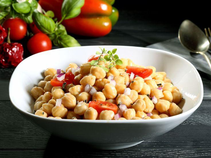 Cette salade saine et rapide à faire peut être facilement rendue plus au moins relevée, selon votre goût du moment.