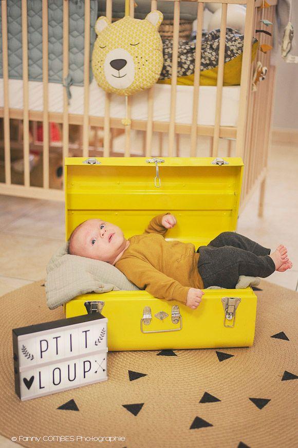 Chambre bébé marin, Un petit bébé dans une malle jaune en métal