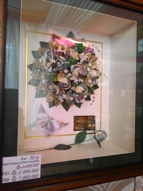Salah satu contoh mahar berbentuk buket bunga dari uang kertas dan beberapa uang logam. (Foto oleh: Retno Nurul Aisyah)