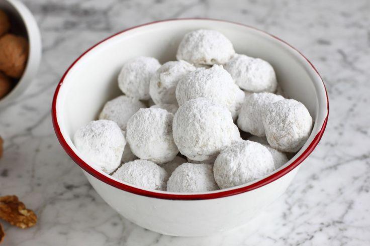Una ricetta molto facile per preparare dei biscotti gustosi, magari quando fuori nevica! Gli Snowball sono palle di neve friabili per una merenda speciale