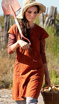 Cute gardening/working outfit! It's like a long smock you can wear over pants I guess. :)