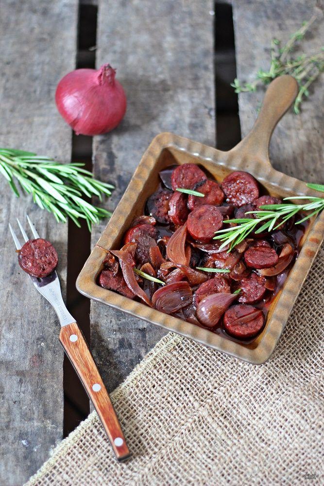 Weiter geht es mit einem Tapas - Rezept für einen gemütlichen Abend. Diese pikanten und feurigen Chorizo a la riojana (Chorizo in Rotwein) werden euch mit Sicherheit gut schmecken. Die Chorizo ist eine pikante und meist etwas schärfere Paprikawurst aus Schweinefleisch und Speck und wird mit Pfeffer, Paprika und Salz gewürzt. Sie wird häufig luftgetrocknet und ist dadurch von ihrer Konsistenz her immer ein wenig fester. In Spanien ist die Chorizo weit verbreitet und wird gern für Tapas…