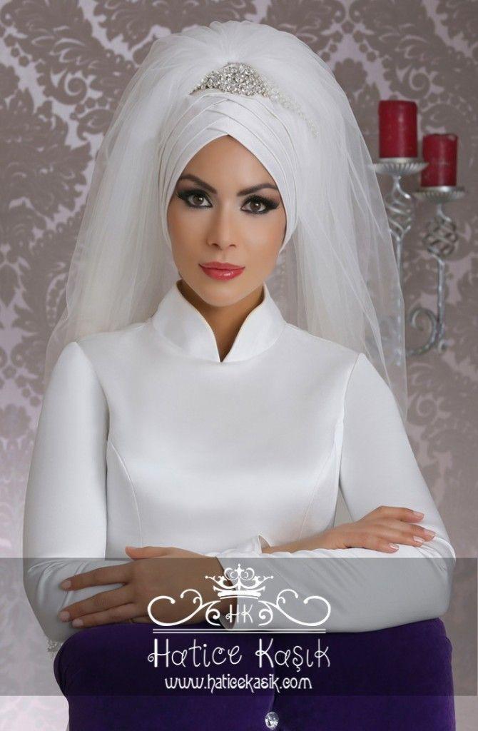 Tesettürlü gelin adayları için bizlerde düğünlerinde bir katkımızın olması için yeni sezonun en güzel ve gözde tesettür gelin başı modellerini sizler için tasarladık.