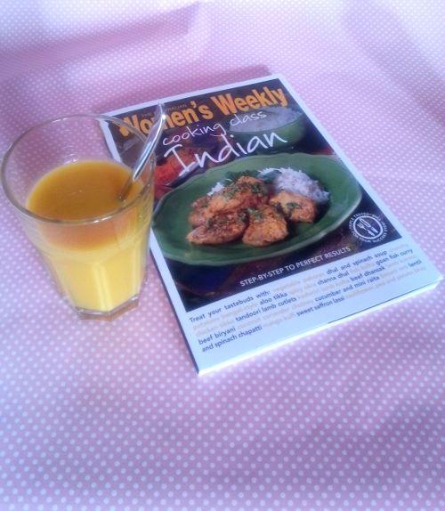 Il lassi al mango è una bevanda fredda a base di yogurt tipica dell'India che si beve come accompagnamento a piatti speziati ma non solo.